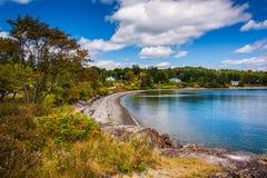 Sikt av stranden på fransmanfjärden, i stånghamn, Maine royaltyfri bild