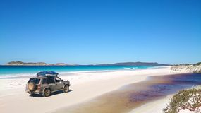 Sikt av stranden på Fraser Island med en bil royaltyfria bilder