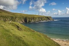 Sikt av stranden på Malin Beg, Co Donegal royaltyfri foto