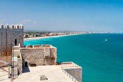 Sikt av stranden på Valencia och slotten av Peniscola Fotografering för Bildbyråer