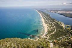 Sikt av stranden, sjön och det klara havet från monteringen Circeo Fotografering för Bildbyråer
