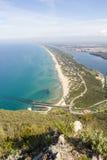 Sikt av stranden, sjön och det klara havet från monteringen Circeo Arkivbilder