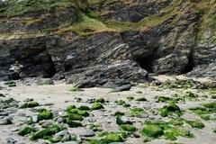 Sikt av strandgrottorna på Portreath, Cornwall, England royaltyfria bilder