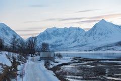 Sikt av Straumenfjordenen och de Lyngen fjällängarna, Lyngen, Tromsoe, Norge Royaltyfri Bild