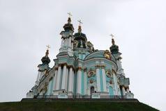 Sikt av Sts Andrew kyrka mot himlen i Kiev fotografering för bildbyråer