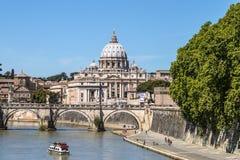 Sikt av Sts Peter basilika och den Sant'angelo bron Arkivbild
