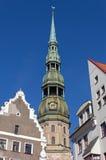 Sikt av Sts Peter domkyrkas det Klocka tornet i Riga Arkivbild
