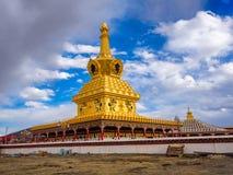 Sikt av stupasna i Yarchen Gar Monastery Arkivbilder