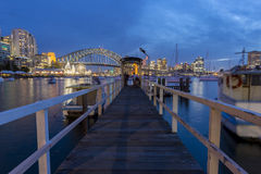 Sikt av Sydney CBD från lavendelfjärden Royaltyfria Bilder