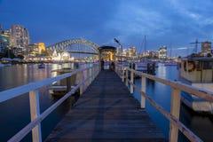 Sikt av Sydney CBD från lavendelfjärden Arkivbild