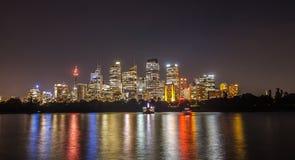 Sikt av Sydney cityscape på skymning över hamn från botanisk gar Royaltyfria Foton