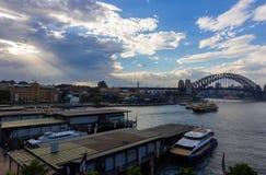 Sikt av Sydney Harbour Bridge in och fartyg Arkivfoton