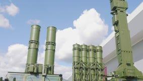 Sikt av systemet för missil för luftförsvar från botten till den bästa sikten stock video