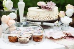 Sikt av tabellen med en kaka, muffin fotografering för bildbyråer