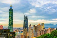 Sikt av Taipei finansiella område och Taipei 101 Fotografering för Bildbyråer