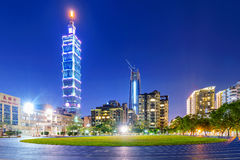 Sikt av Taipei 101 från ett rinnande spår på natten Royaltyfria Bilder