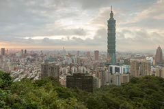 Sikt av Taipei 101 och över den Taipei staden Arkivfoton