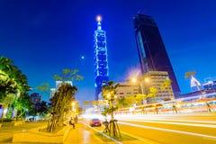 Sikt av Taipei 101 och arkitektur på natten Royaltyfri Foto