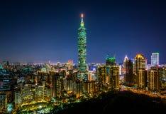 Sikt av Taipei 101 och den Taipei horisonten på natten, från Elephan Arkivbilder