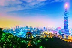 Sikt av Taipei på natten med 101na som bygger Royaltyfria Foton