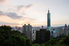 Sikt av Taipei 101 på solnedgången Royaltyfria Foton