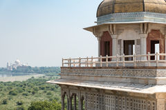 Sikt av Taj Mahal från det Agra fortet Arkivbild