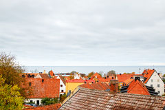 Sikt av tak och havet i Visby, Gotland Royaltyfria Foton