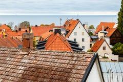 Sikt av tak och havet i Visby, Gotland royaltyfri bild