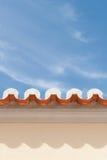 Sikt av taktakfot med tegelplattor & himmel Arkivfoton