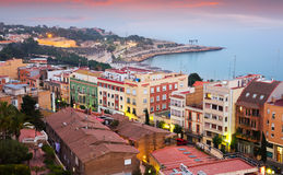 Sikt av Tarragona och medelhavet i skymning Royaltyfri Bild