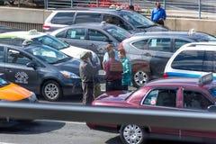 Sikt av taxilinjen ut ett flygplatsfönster Arkivbild