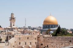 Sikt av tempelmonteringen och tornet El-Ghawanima i den gamla staden av Jerusalem, Israel Royaltyfri Bild
