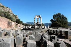 sikt av templet av Athena Pronea Delphi Greece Arkivbilder