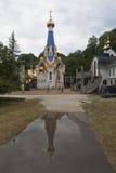 Sikt av templet i hedern av symbolen av vår dam av Semistrelnaya i den kvinnliga kloster för Treenighet-Georgievsky i byn Lesnoy Fotografering för Bildbyråer