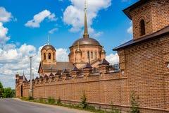 Sikt av templet i Komlevo, Ryssland fotografering för bildbyråer