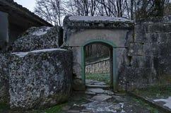 Sikt av templet in mot inre borggård med den huvudsakliga utgången i Demir Baba Teke, kultmonument som hedras av båda kristen och royaltyfri fotografi
