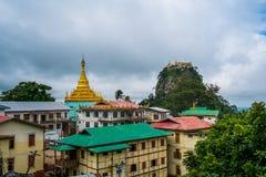 Sikt av templet på monteringen Popa, nära Bagan, Myanmar royaltyfri bild