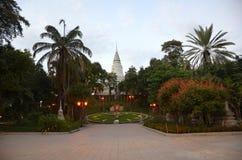 Sikt av templet av Wat Phnom och den gröna klockan i aftonen i Phnom Penh, Cambodja arkivbilder