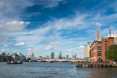 Sikt av Themsen i London Arkivfoto