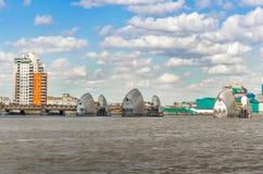 Sikt av Themsenbarriären på en molnig dag under blå himmel i London Arkivfoto