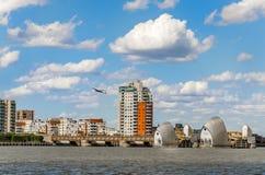 Sikt av Themsenbarriären på en molnig dag under blå himmel i London Royaltyfri Bild