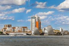 Sikt av Themsenbarriären på en molnig dag under blå himmel i London Royaltyfria Foton