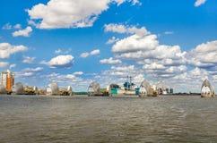 Sikt av Themsenbarriären på en molnig dag under blå himmel i London Fotografering för Bildbyråer