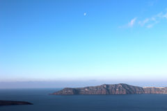 Sikt av Thirasia Grekland, från Santorini (Thira) royaltyfria bilder