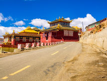 Sikt av tibetana Yarchen Gar Monastery Arkivbilder