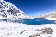 Sikt av Tilicho sjön Tilicho Tal 4920 M Himalayas Nepal, Annapurna strömkrets royaltyfri fotografi