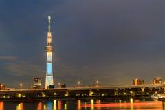 Sikt av Tokyo himmelträd (634m) på natten, den högsta fri-standinen Royaltyfri Fotografi