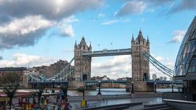 Sikt av tornbro, en av de huvudsakliga gränsmärkena i London Arkivfoto