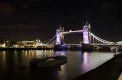 Sikt av tornbron på natten: London Arkivbilder