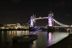 Sikt av tornbron på natten: London Arkivfoton